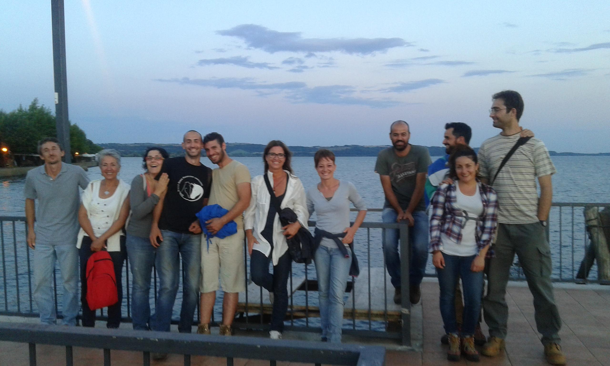 pratica su legno ei l gruppo sul lago di Bracciano