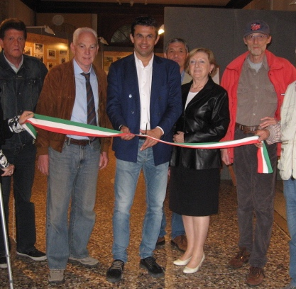Il sindaco Roberto Padrin, vicepresidente della provincia di Belluno inaugura la mostra fotografica